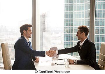 город, б, офис, доволен, два, businessmen, handshaking, счастливый