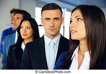 группа, of, , молодой, серьезный, businesspeople, постоянный, в, ряд, в, офис