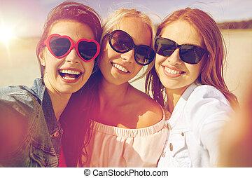 группа, of, улыбается, женщины, принятие, selfie, на, пляж