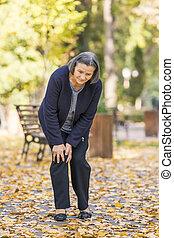 гулять пешком, женщина, боль, парк, колено, старшая, having