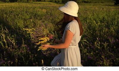 гулять пешком, женщина, букет, молодой, поле, цветы