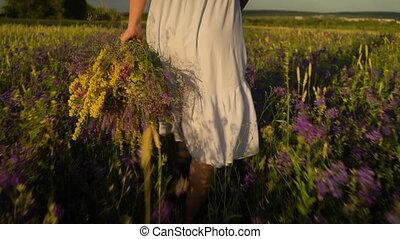 гулять пешком, женщина, букет, молодой, поле, flowers.