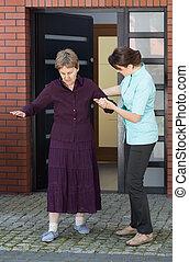 гулять пешком, женщина, старшая, ее, медсестра