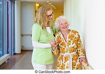 гулять пешком, женщина, старый, помощник, медицинская, помощь, счастливый
