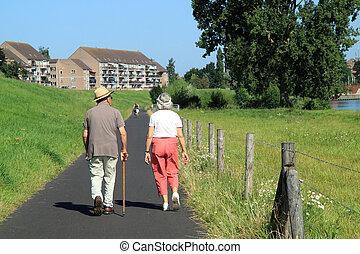 гулять пешком, пара, пожилой