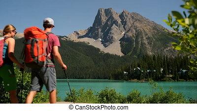 гулять пешком, пара, рюкзак, берег реки, посмотреть, задний, лес, кавказец, 4k, путешественник, молодой