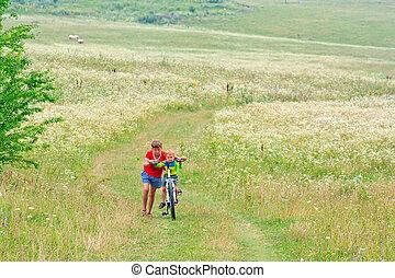 два, братья, находятся, гулять пешком, на, байк, на открытом воздухе