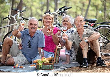 два, пара, having, пикник, в то время как, на, велосипед, поездка