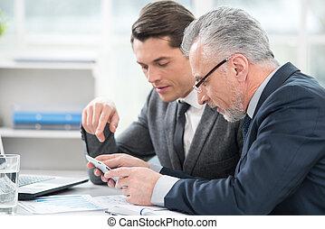 два, businessmen, за работой, with, таблетка, компьютер