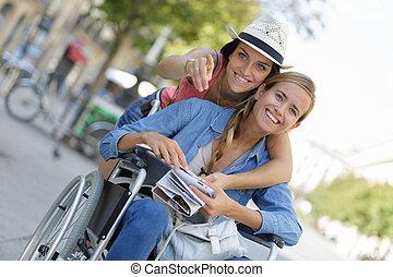 два, friends, visiting, иностранные, город, один, сидящий, в, инвалидная коляска