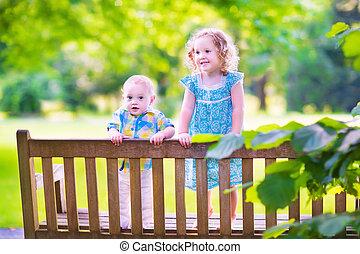 два, kids, на, парк, скамейка