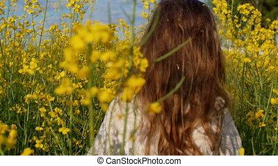 движение, девушка, через, идет, медленный, sunset., поле