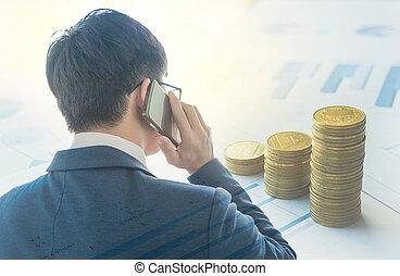 двойной, воздействие, закрыть, вверх, of, умная, бизнесмен, за работой, with, мобильный, телефон, and, стек, of, монета, на, бизнес, документ, график, воздействие