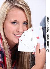 девушка, держа, , выигрыш, карта, рука, of, 4, aces