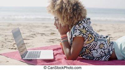 девушка, за работой, на, , песок, пляж