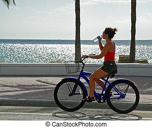 девушка, на, велосипед, drinks, воды