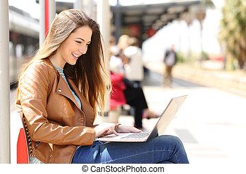 девушка, с помощью, , портативный компьютер, в то время как,...