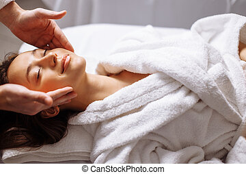 девушка, having, спа, лицевой, массаж, в, роскошный, красота, салон