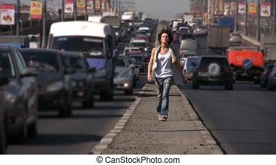 девушка, walks, к, камера, на, шоссе, средний, в, город