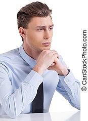 держа, молодой, подбородок, вдумчивый, isolated, сидящий, ожидание, рубашка, галстук, таблица, человек, белый, рука, ищу, далеко, inspiration., в то время как