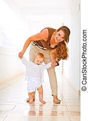 детка, счастливый, ходить, помощь, мама