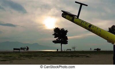 детская площадка, закат солнца, дерево
