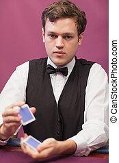 дилер, сидящий, в, , казино, в то время как, shuffling, cards