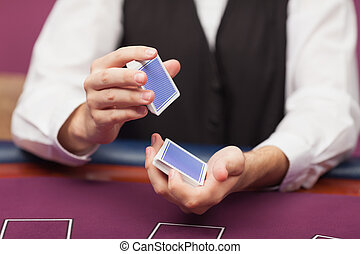 дилер, shuffling, палуба, of, cards, в, , казино