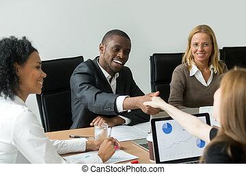 доволен, новый, черный, женский пол, бизнесмен, партнер, белый, handshaking