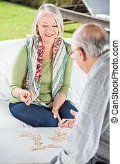 домино, старшая, женщина, playing, человек