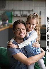 дочь, вертикальный, embracing, отец, главная, портрет, дитя...