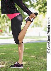 ее, в течение, парк, боковая сторона, нога, посмотреть, упражнение, растягивание, женщина