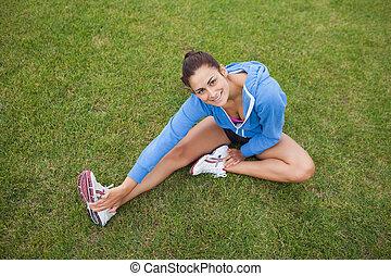 ее, трава, спортивный, нога, посмотреть, в то время как, симпатичная, растягивание, высокая, женщина, угол, сидящий