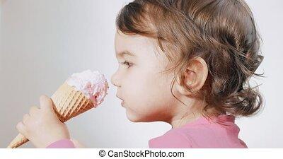 есть, tries, детка, крем, ее, cone., девушка, лед, fails,...