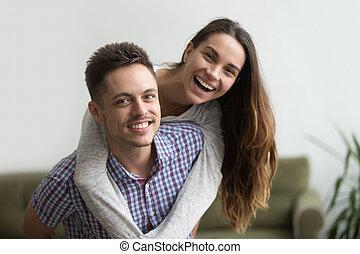 жена, пара, веселая, piggybacking, муж, улыбается, главная, счастливый