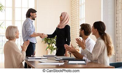 женский пол, босс, наемный рабочий, hijab, улыбается, praising, office., исламский