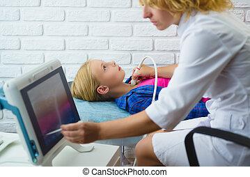 женский пол, врач, examines, girls, щитовидная железа, with, ультразвук, в, медицинская, центр