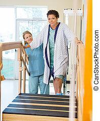 женский пол, пациент, являющийся, помощь, от, физическая, терапевт