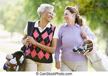 женский пол, friends, enjoying, игра, of, гольф