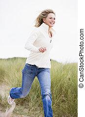 женщина, бег, в, пляж, улыбается