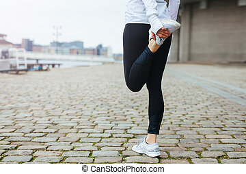 женщина, бег, поместиться, ее, нога, растягивание, молодой, до