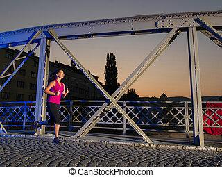 женщина, бег трусцой, через, , мост, в, , город