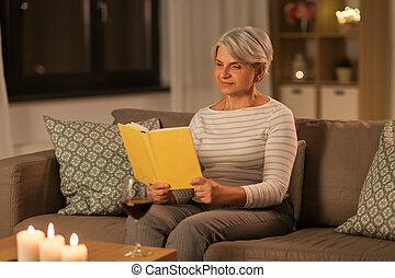 женщина, главная, книга, чтение, счастливый, старшая, вечер