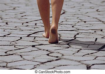 женщина, гулять пешком, босиком, через, треснувший, земля,...