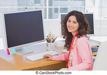 женщина, за работой, офис, творческий, камера, улыбается