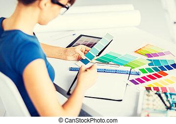 женщина, за работой, with, цвет, samples, для, выбор