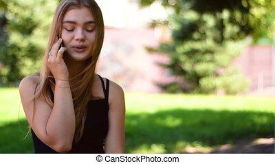 женщина, легкий, молодой, вверх, яркий, phone., привлекательный, закрыть, с помощью, блондинка, закат солнца, посмотреть