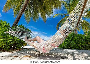 женщина, лежащий, на, гамак, между, palms, на, , тропический, beach., мальдивы