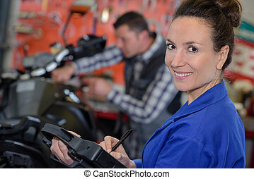 женщина, механик, ремонт, , мотоцикл, в, , мастерская