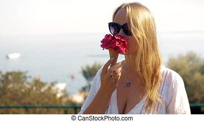 женщина, молодой, вафельный, конус, smelling, цветы, красный